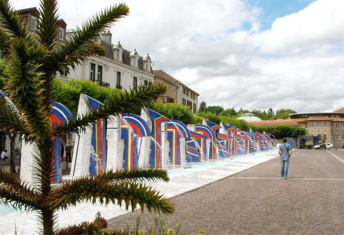 Les fontaines de l'esplanade de la rue Gaston Thomson. Au fond, les Thermes (D.R.).