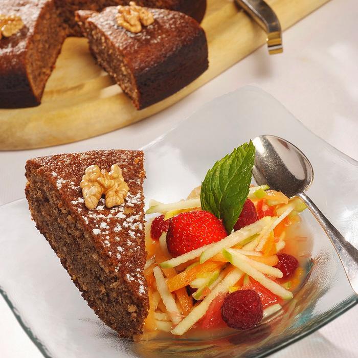 Gâteau aux noix et fruits frais, une recette des chefs Alexandre et Gilles Marre du restaurant Le Balandre à Cahors.