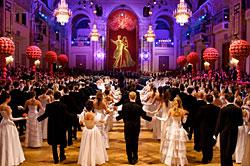 Bal des débutants au Bal des Cafetiers dans la grande salle du Palais impérial à Vienne