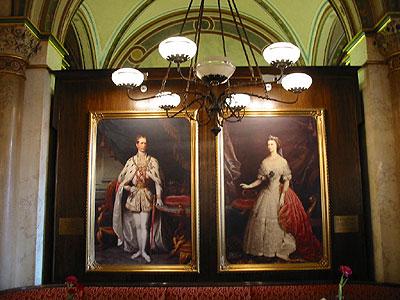 Portraits de l'impératrice Sissi et de l'empereur François-Joseph exposés au Café Central à Vienne.  (D.R)