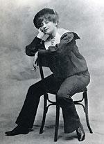 Colette en costume marin à l'âge de 23 ans © Musée Colette, Saint-Sauveur-en-Puisaye