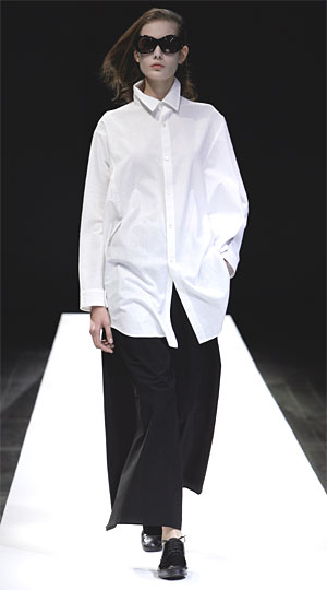 chemise blanche Yohji Yamamoto sur large pantalon noir