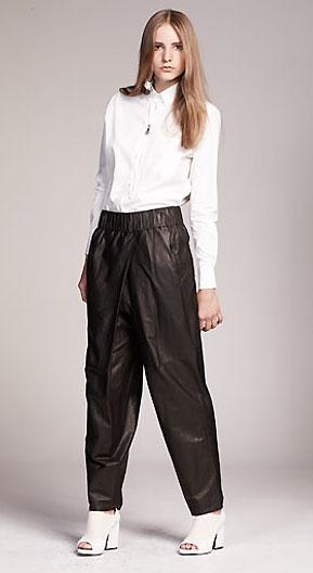 chemise blanche et pantalon de cuir Acne