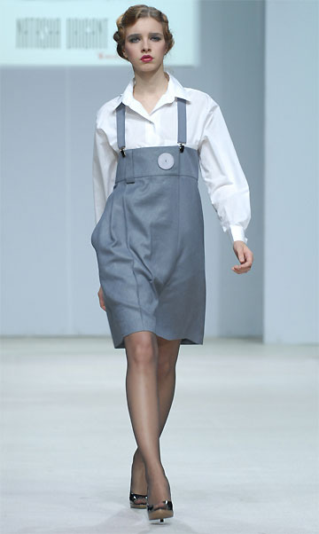 chemise blanche et jupe taille haute Natasha Drigant