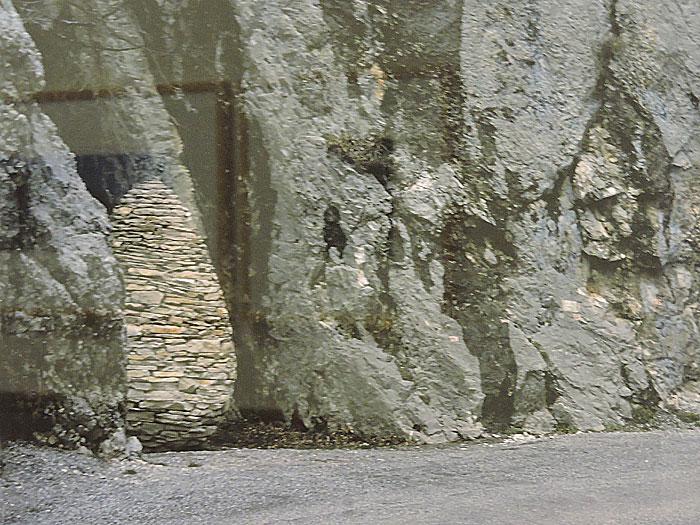 Photographie présentée au musée Gassendi à Digne-les-Bains d'une des trois Sentinelles d'Andy Goldsworthy.
