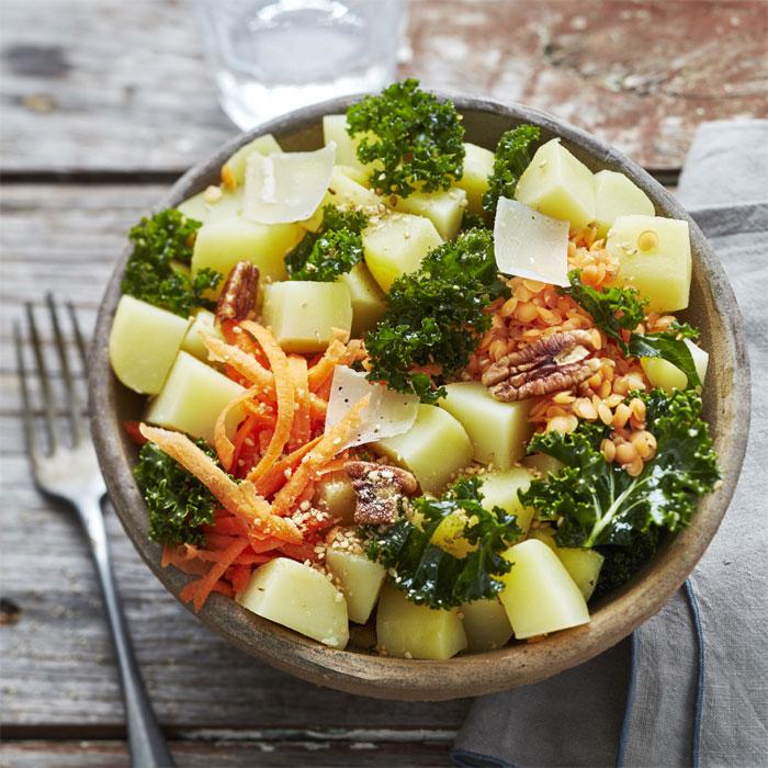 Salade bowl pommes de terre primeur, chou kale, lentilles et carottes.