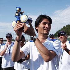 Tomataka Takahashi et son robot champion au Guinness Mondial des Records