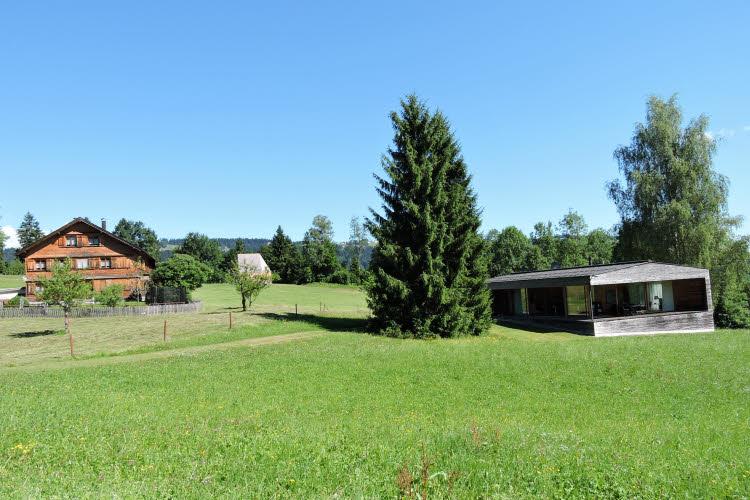 Habitation traditionnelle et habitation d'avant-garde dans le Vorarlberg. © ABCfeminin.com.
