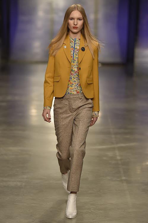Dress code : costume pantalon féminin accessoirisé de bijoux
