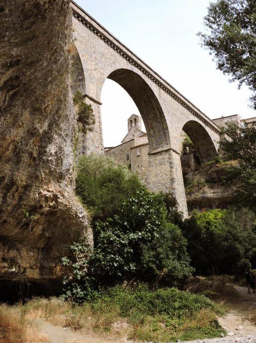 Le pont qui mène à Minerve, capitale du Minervois © ABCfeminin.com.