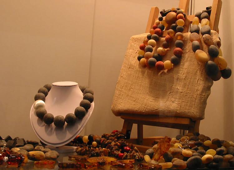 Pierres d'ambre présentées au Salon Amberif à Gdansk © D.R.