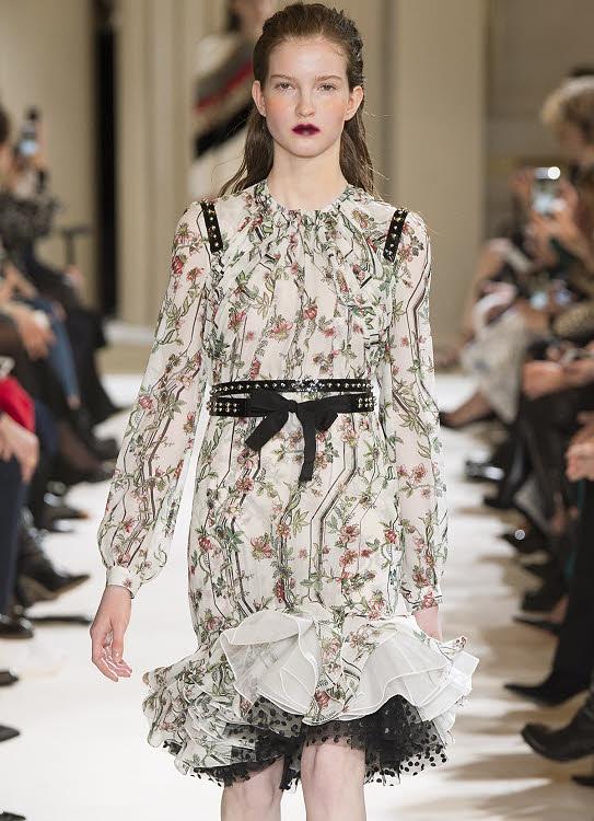 Un ruban à rivets en effets décoratif sur une robe fleurie de Giambattista Valli.
