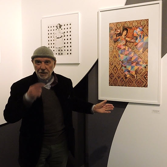 """Peter Knapp commente sa vision de la photographie lors de l'exposition """"Dancing in the Street. Peter Knapp et la mode"""" à Paris (2018). © D.R."""