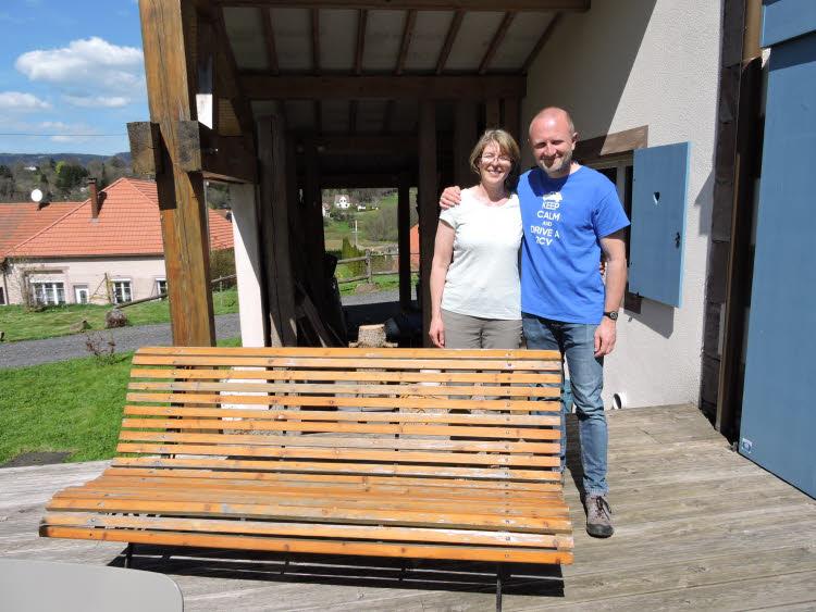 Catherine et Thierry sur la terrasse de leur maison d'hôtes © Droits réservés.