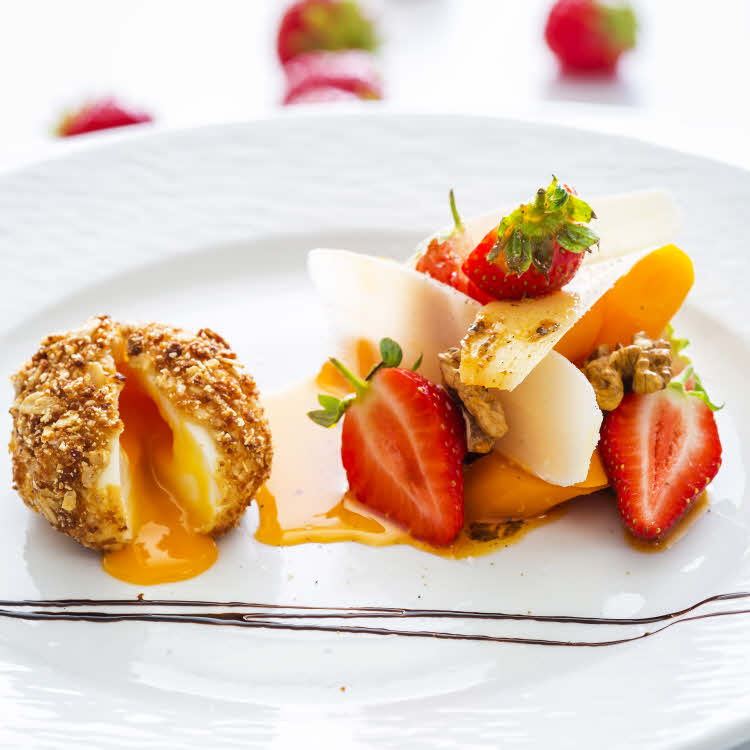 Oeuf mollet au sésame, fraises Gariguette, carottes confites et parmesan.