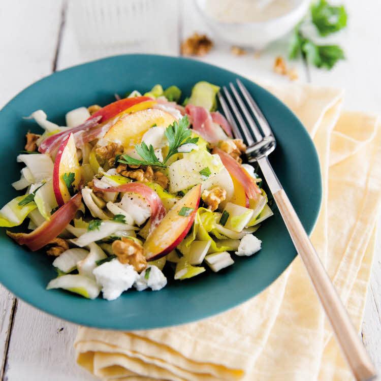 Salade d'été d'endives, tranches de nectarines, jambon et chèvre.