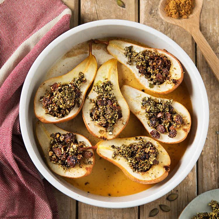 Poires au four au croustillant de fruits secs à l'huile de pépin de courge toasté Emile Noël.