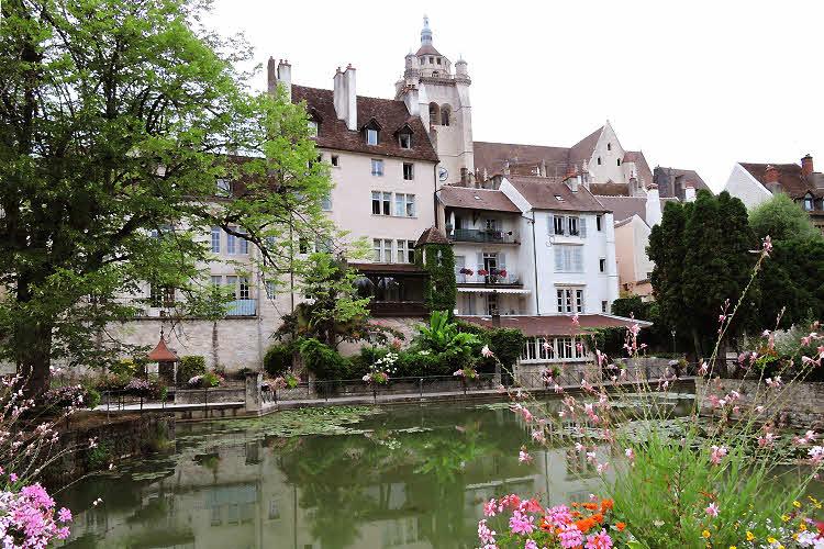 Le quai des Tanneurs à Dole, en Bourgogne Franche-Comté. © ABCfeminin.com.