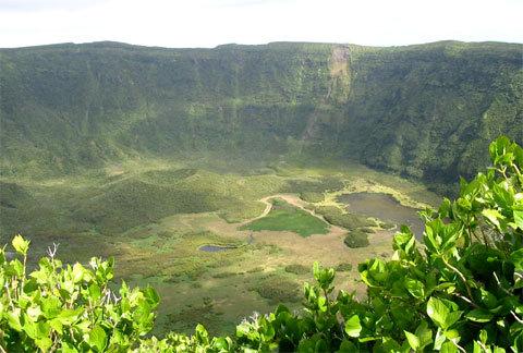 Cratère d'un volcan aux Açores.
