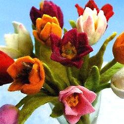 Fleurs en laine cardée - Photo extraite de 'Laine feutrée pour un intérieur douillet'