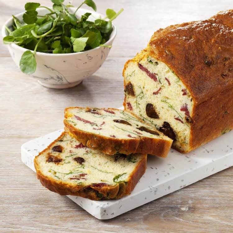 Cake aux pruneaux, magret de canard, gruyère râpé et cresson