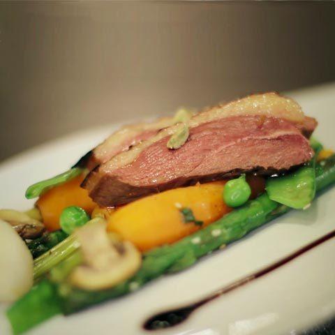 recette : magret de canard, légumes, épices et herbes fraîches