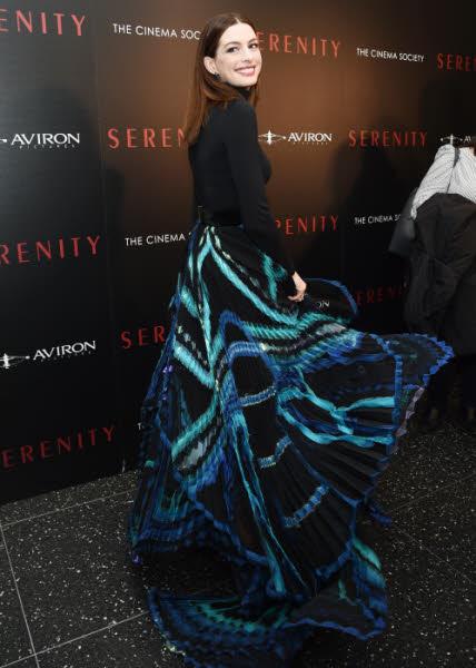 L'actrice Anne Hathaway habillée de soie haute couture par la Maison Givenchy (Janvier 2019).
