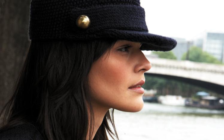 Modèle expliqué gratuit : casquette pour femme à visière et à boutons dorés © Phildar.