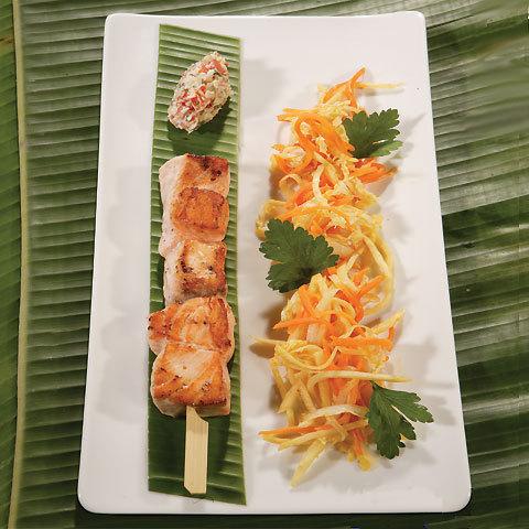recette Brochette de saumon, légumes au wok et rougail de tomate au lait de coco © Gérald Gambier