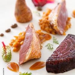 Recette pigeon Rôti, risotto d'épeautre, condiment sésame © Aurélie Jeannette