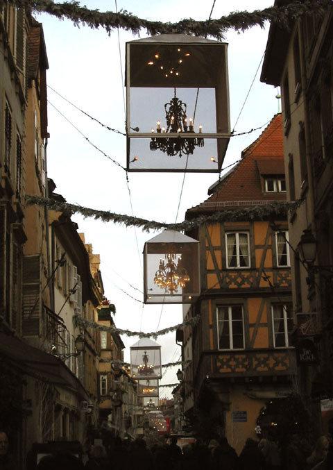Des lustres de Baccarat dans la rue des Hallebardes à Strasbourg (D.R.)