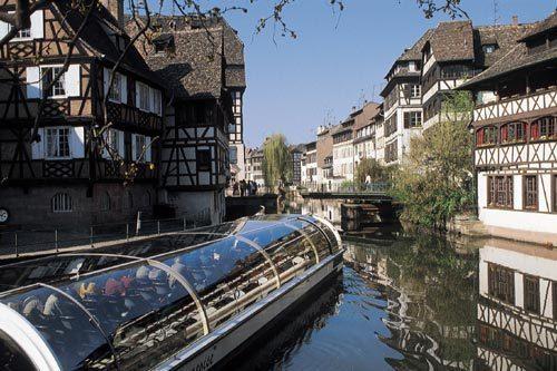 Ballade en bateau sur l'Ill qui entoure le coeur historique de Strasbourg