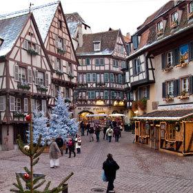 Rue piétonne décorée pour Noël à Colmar © ABCfeminin.com.