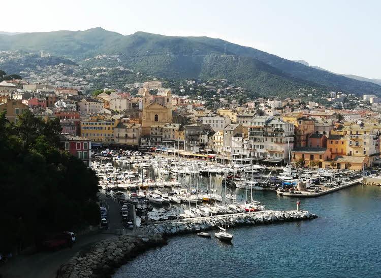 Vue sur le vieux port de Bastia depuis la terrasse de l'Hôtel des Gouverneurs. © ABCfeminin.com.