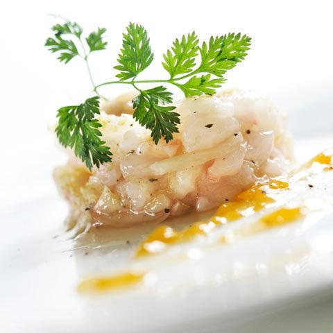 Zoom tartare de langoustines en bouillon de thé vert et gelée d'abricots
