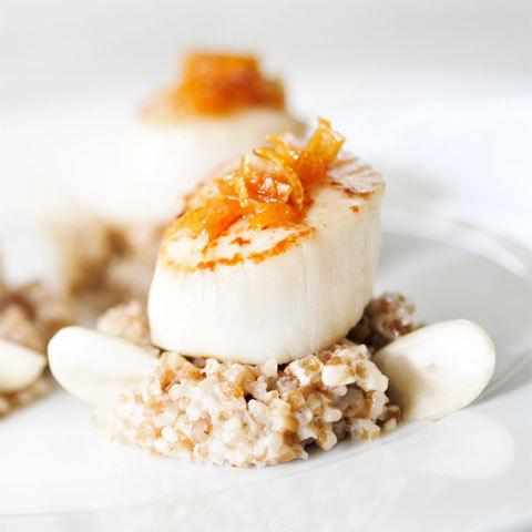 Zoom recette de Grégory Cuilleron : noix de Saint-Jacques rôties au caramel ambré, parfum de citron et risotto d'épeautre aux amandes