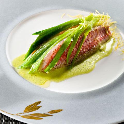 Zoom recette de Jacques Chibois : Petit Rouget à la Fondue de Poireaux, Sauce Citron Vert au Noilly Prat