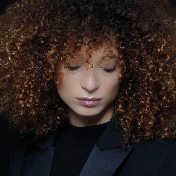 Coupe et coiffure cheveux mi-longs BIGUINE Paris - Automne-hiver 2019-2020.