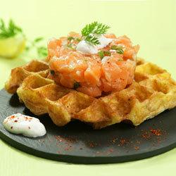 recette : tartare de saumon de Norvège, gaufre de pommes de terre, sauce aigrelette © Centre des Produits de la Mer de Norvège