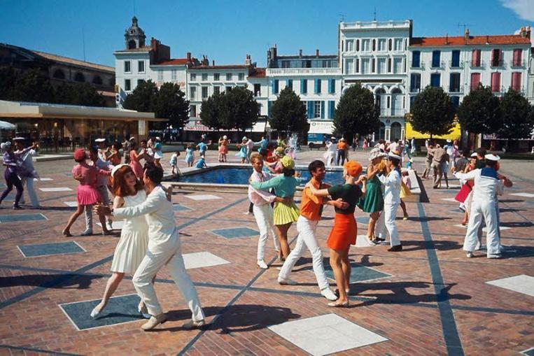 Les Demoiselles de Rochefort de Jacques Demy. Au premier plan, François Dorléac danse avec Gene Kelly sur la Place Colbert. (Ph. Letellier).