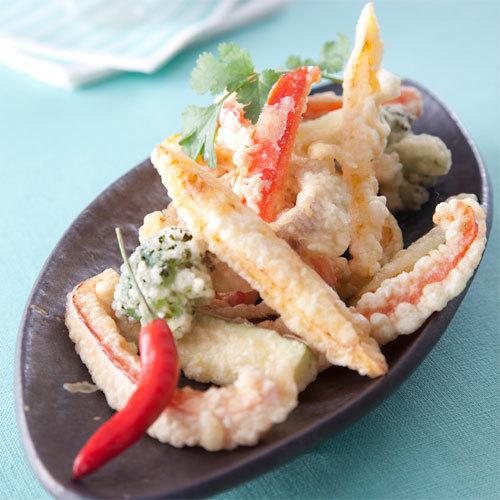 Zoom assortiment de tempura de légumes au sésame, sauce Gourmande à la tomate