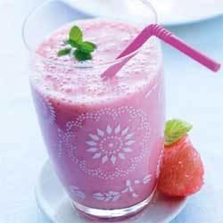 recette : smoothie pamplemousse, banane, fraises et gingembre © FDOC