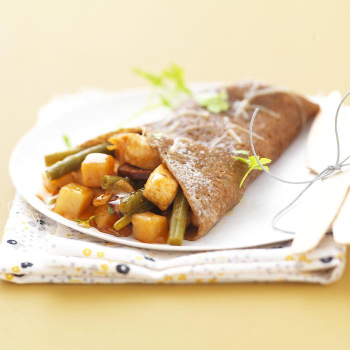 Galettes de blé noir avec dés de poulet à la sauce basquaise.