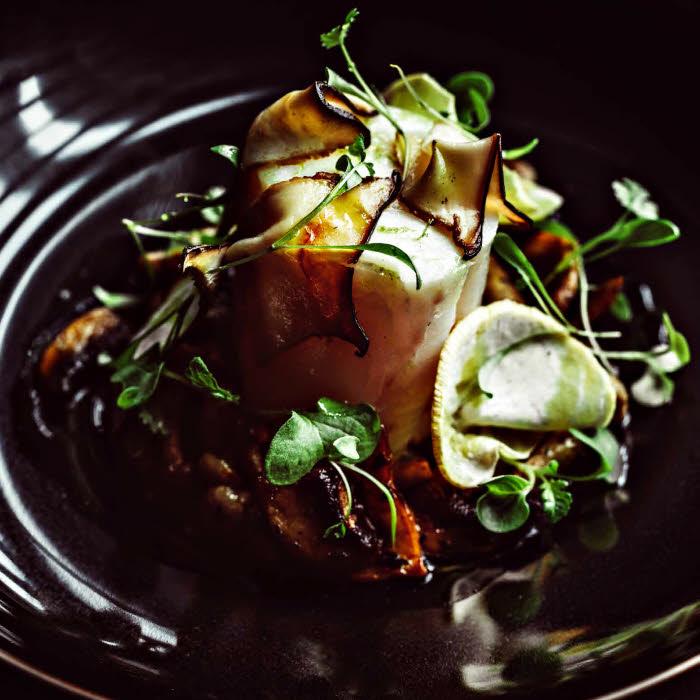 Cabillaud, sauce champignons curcuma du Chef  Thomas Danigo, restaurant Le Galanga - Hôtel Monsieur George 5*