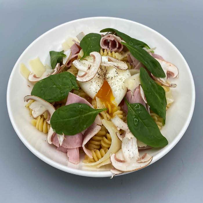 Recette de pâtes du chef Matthieu Marti : fusilli, hachis de champignons rosées et œuf mollet.