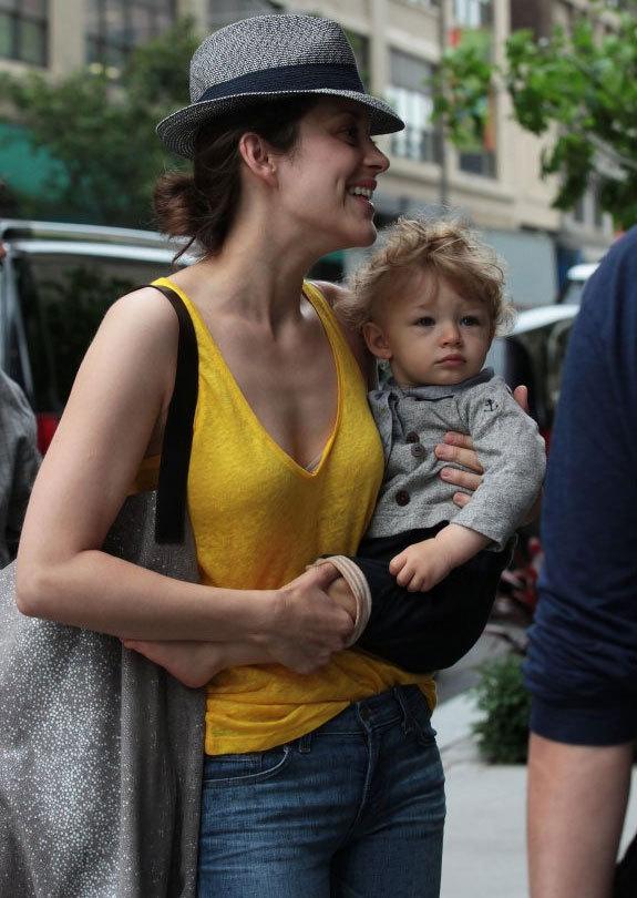 Marion Cotillard et son fils Marcel dans les rues de New York