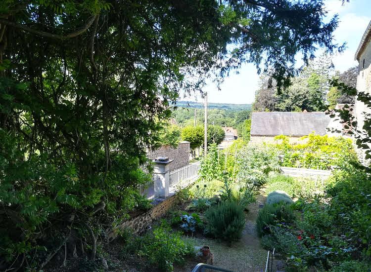 Le 'jardin du bas' de la Maison de Colette, avec à gauche la glycine centenaire © ABCfeminin.com.