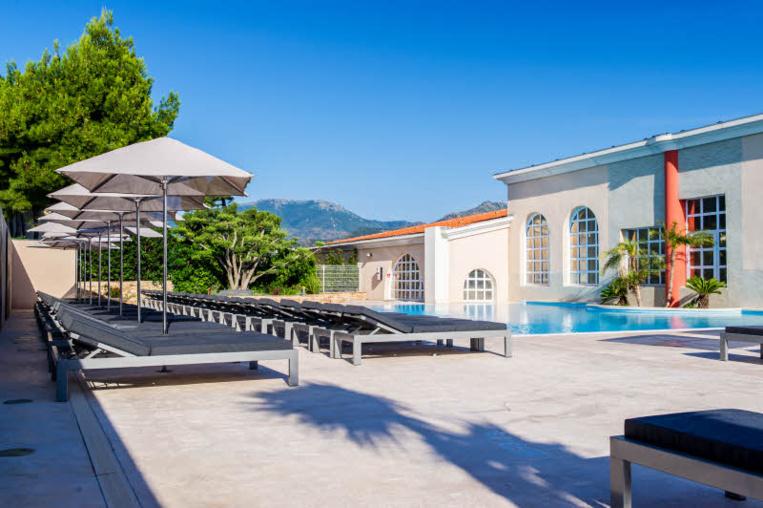 Côté Thalasso à Banyuls-sur-Mer - Sa piscine d'eau de mer et son solarium.