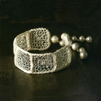 Bracelet en fil métallique crocheté, une création de Nanae Kimura extraite de 'Accessoires crochetés en fil métallique'
