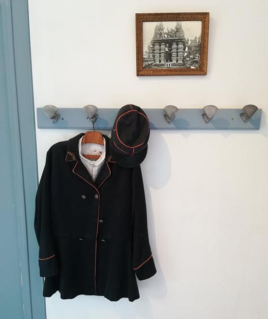 La veste et la casquette du facteur et Ferdinand Cheval à l'oeuvre © ABCfeminin.com.